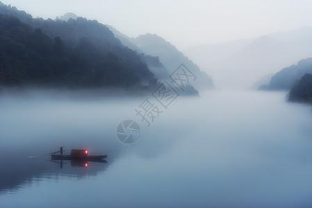 雾中的渔船图片
