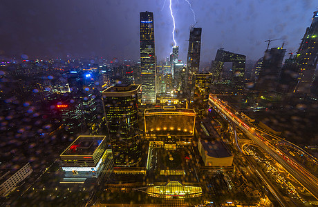 雷电大雨中的城市图片
