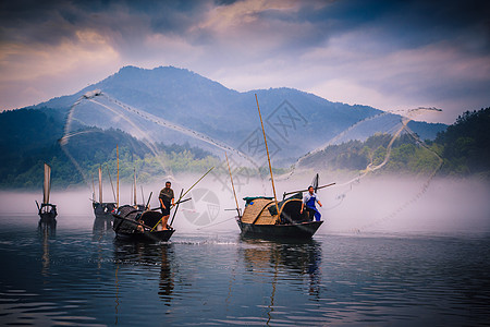 渔夫撒网捕鱼图片