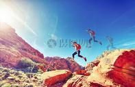 奔跑跨越的人图片