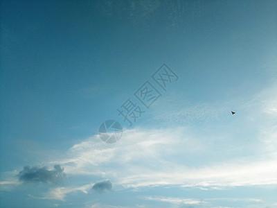 一张飞在蓝天白云中的风筝图片