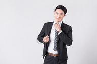 整理西装领带的商务男士图片