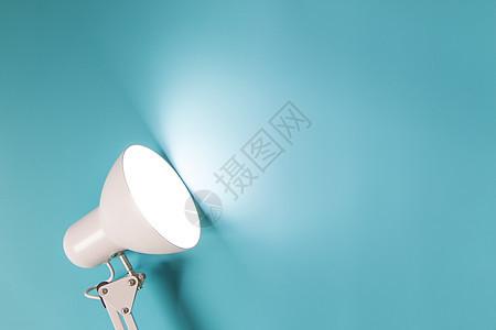 一盏灯照在蓝色背景上图片