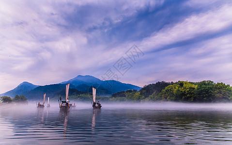 江面行驶的帆船图片