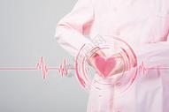 手捧心形心脏健康图片