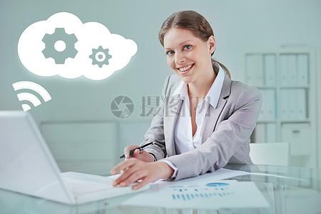 智能科技生活微笑工作的商务女性图片