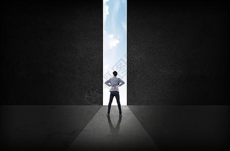 商务人士面向理财之窗图片
