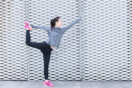 青春女孩户外运动前热身伸展图片