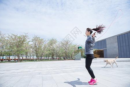 大气户外运动女孩跳绳图片