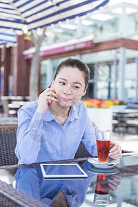 咖啡馆女孩俏皮打电话图片