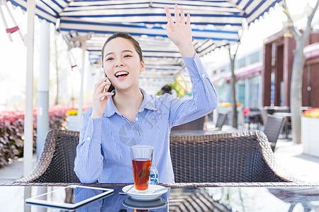 咖啡馆女孩打电话打招呼图片