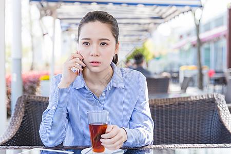 咖啡馆女孩打电话情绪低落图片