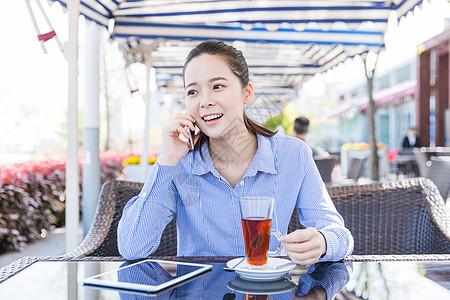 咖啡馆女孩开心打电话图片
