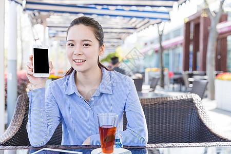 咖啡馆清新女孩展示手机图片