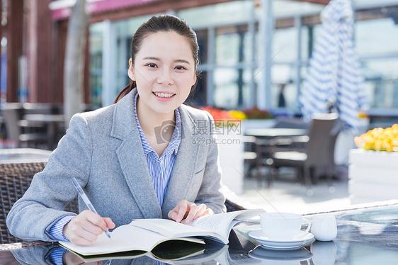 知性女人阅读书写图片