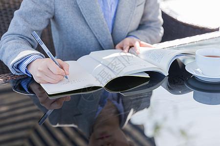 咖啡馆知性女人阅读书写图片