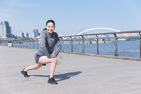 运动女孩阳光下压腿图片