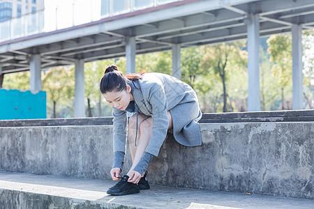运动女孩户外休息系鞋带图片