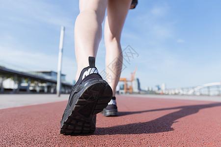 阳光下运动女孩跑道上走路图片