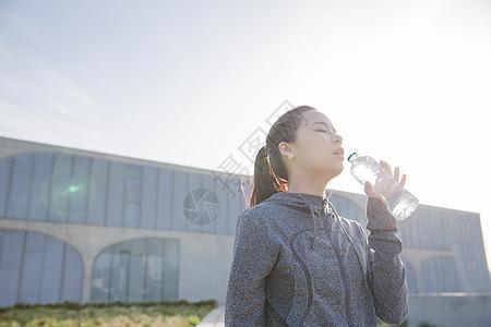落日运动女孩休息喝水图片