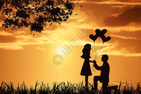 夕阳下求婚的情侣剪影图片