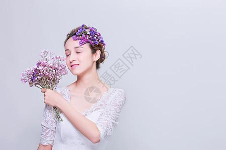 创意妆面美女手拿捧花图片