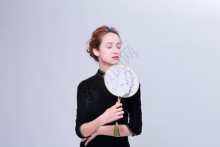 东方旗袍妆面美女手持团扇图片