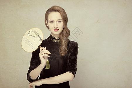 旗袍美女手持团扇工笔画风照图片