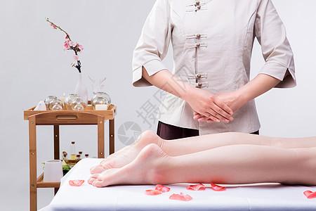 美容养生技师准备给腿部按摩图片