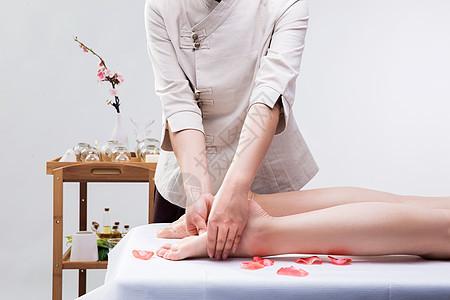 美容养生技师给腿部按摩图片