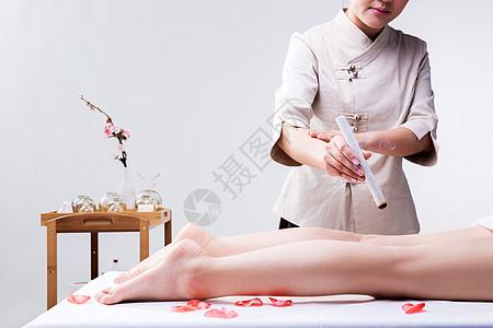 美容养生技师给腿部艾灸图片