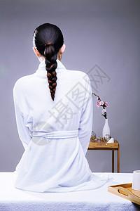 美容养生美女穿着浴袍背部图片