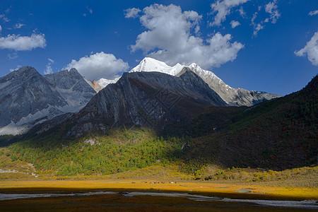 夏诺多吉神山的光影图片