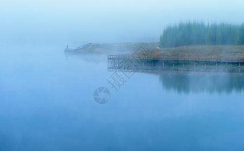 独钓晨雾图片