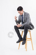 穿西装坐着喝咖啡放松男性图片