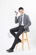 商务男士使用手机微信打电话图片