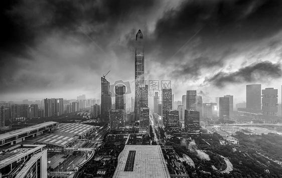 暴雨中的平安大厦图片