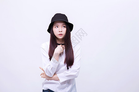 带帽子的女孩俏皮思考图片