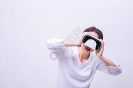 俏皮可爱女孩戴VR眼镜表演图片