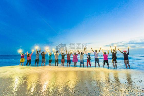 海边欢乐的一群人图片