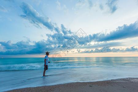 等待日出的海边老人图片