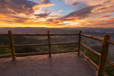观景台上看山间黎明图片