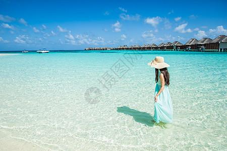 夏日碧海蓝天下的少女图片