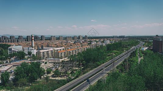 蓝天白云下的郊区城市图片