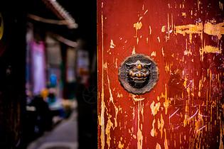 北京老房子的赤色大门和门环图片