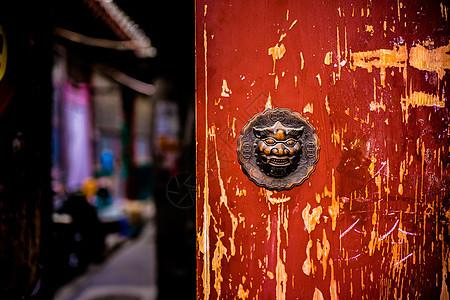 北京老房子的红色大门和门环图片