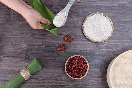 端午节传统手工包粽子过程高清图片