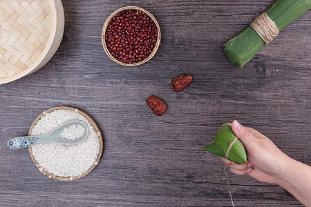 端午节传统手工包粽子过程图片