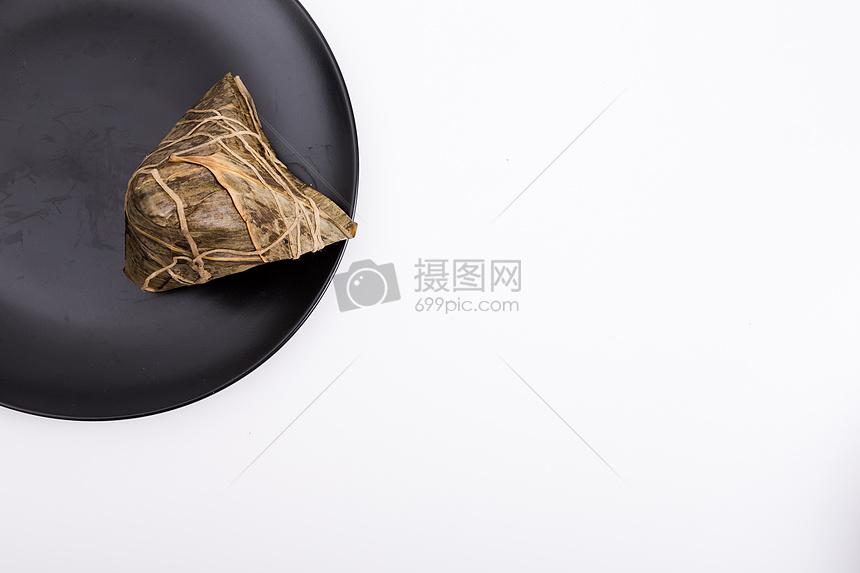 简单端午盘子上的粽子留白