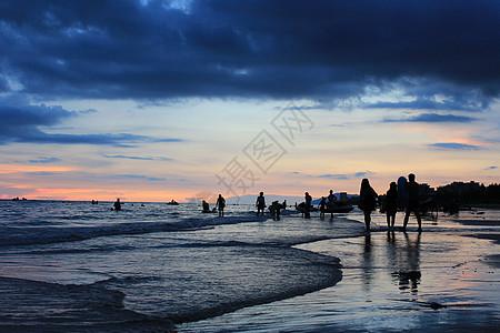 日落海边嬉水高清图片